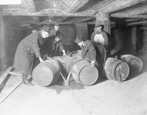 Agentes de prohibición que destruyen barriles de alcohol, 1921.