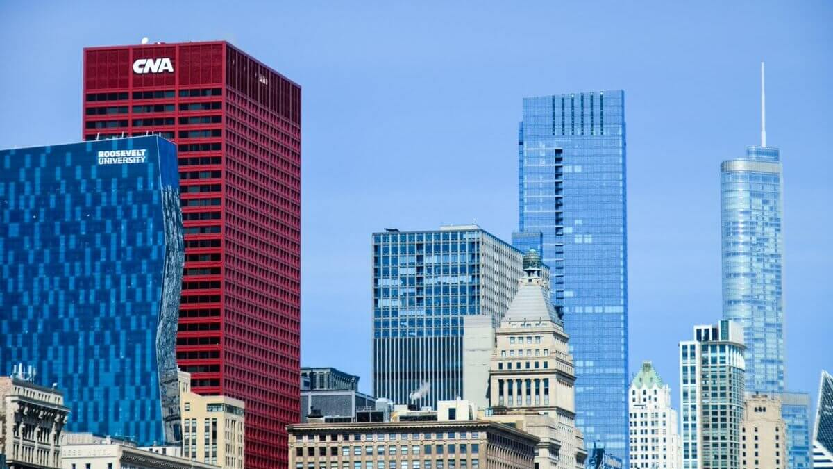 ¿Por qué solo hay un rascacielos rojo en el skyline de Chicago?
