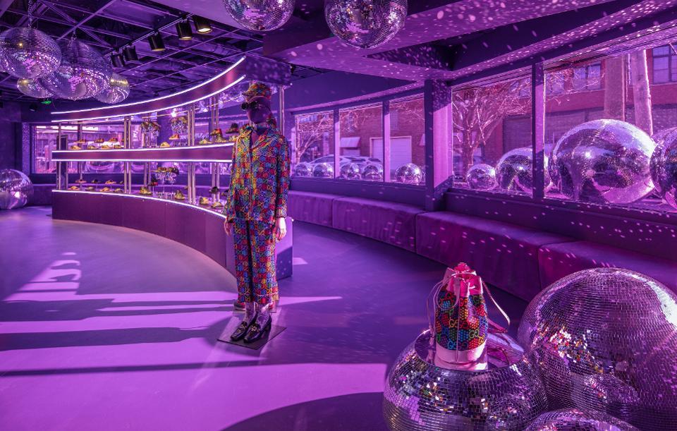 """Ubicada en un banco cerrado, la ventana emergente Gucci Pin está diseñada como un """"paisaje de ensueño"""" inmersivo que combina el lujo minorista con el ambiente de un club nocturno"""