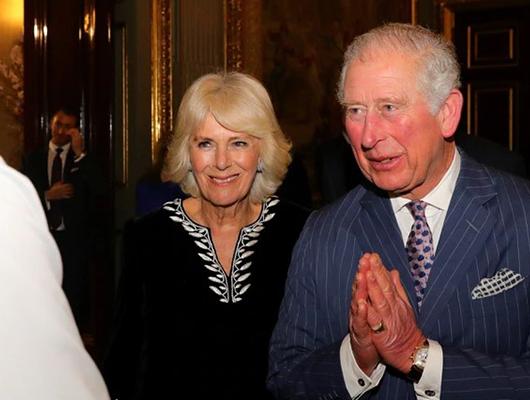 Principe Carlos saludando a las personas