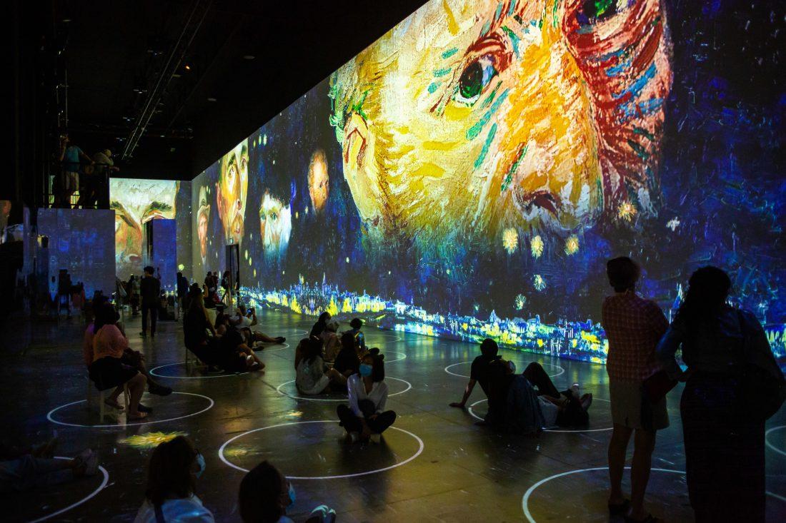 """Así es visitar el """"Immersive Van Gogh"""" de Chicago"""